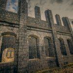 廃墟の美:東の持倉鉱山、西の軍艦島
